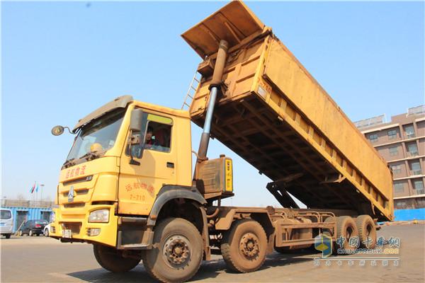 搭载海沃液压油缸的重汽自卸车