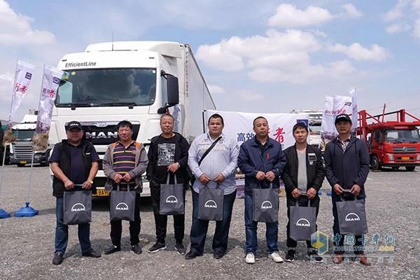曼恩商用车中国在活动现场为多位驾驶员派发生活用品