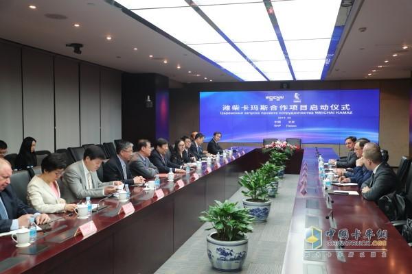 潍柴集团董事长谭旭光与卡玛斯集团总经理谢尔盖·果戈金先生进行合作项目商谈