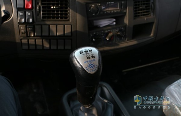 东风多利卡D9的8档手动变速箱,设置了8个前进档和2个挡车档,适应场景十分广泛