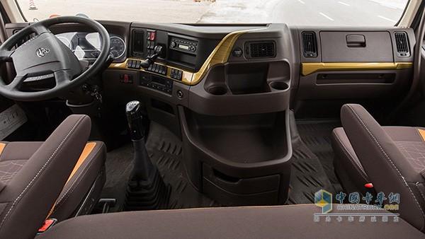乘龙H7驾驶室内部采用高顶双卧平地板