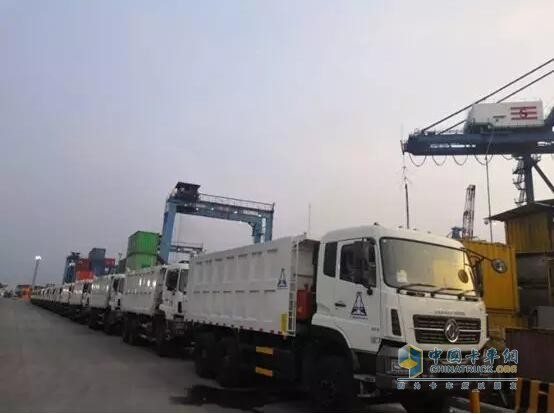 印尼港口繁忙工作景象