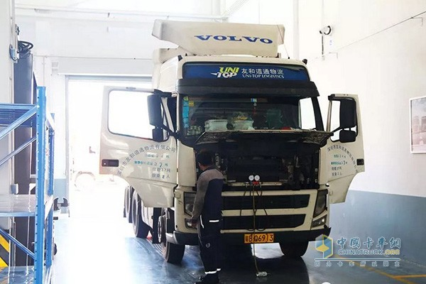 维修保养中的沃尔沃卡车