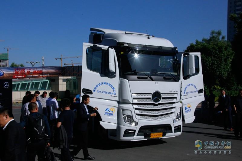 新疆物流客户围观奔驰卡车