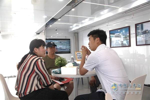 销售人员和意向客户在贵宾区洽谈