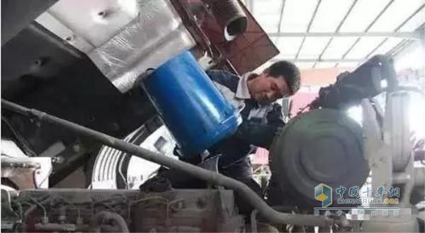 发动机机油不能只加不换