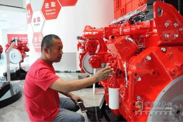 刘师傅正在观察Z14国六发动机