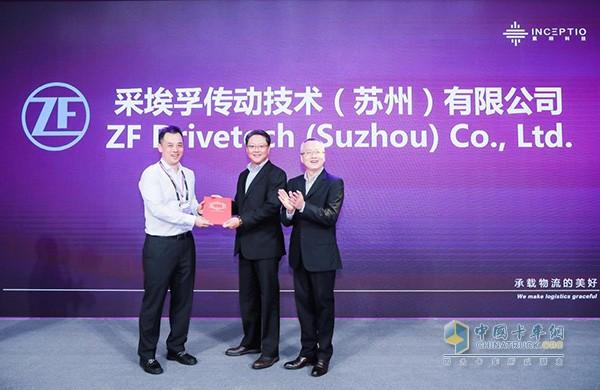 ZF副总裁,中国区商用车负责人戴章煜(中)代表采埃孚重磅加入