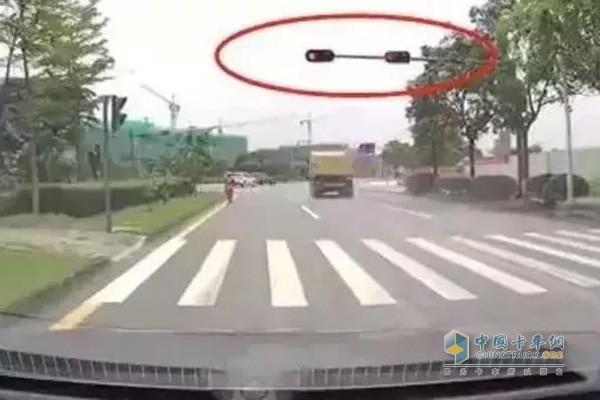 泥头车闯红灯被举报!严罚!