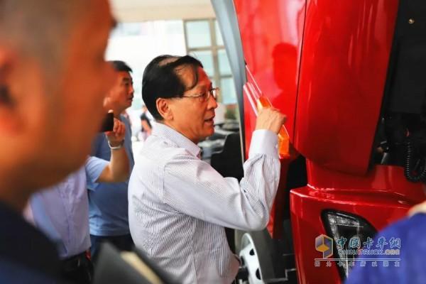东风商用车技术中心第一商品开发部总师严利群现场介绍东风天龙KL载货车