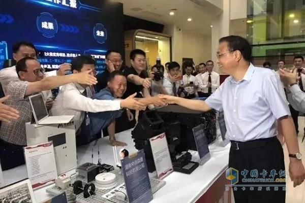 李克强总理与三一双创平台的创业者握手