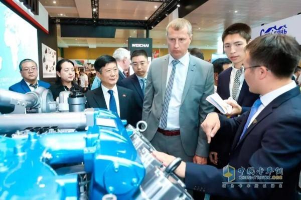 中国驻白俄罗斯大使(左三)、白俄罗斯经济部部长(右三)参观潍柴展位