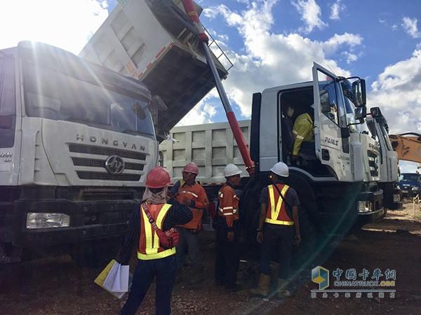 上汽红岩服务人员对红岩金刚自卸车展开全面细致的检查
