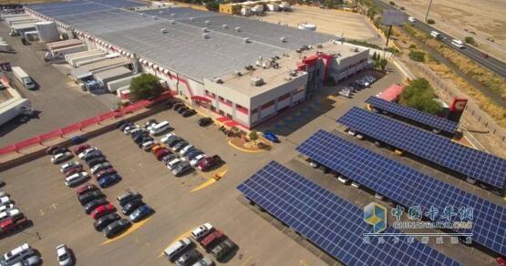 康明斯在墨西哥华雷斯工厂停车场安装的太阳能电池组
