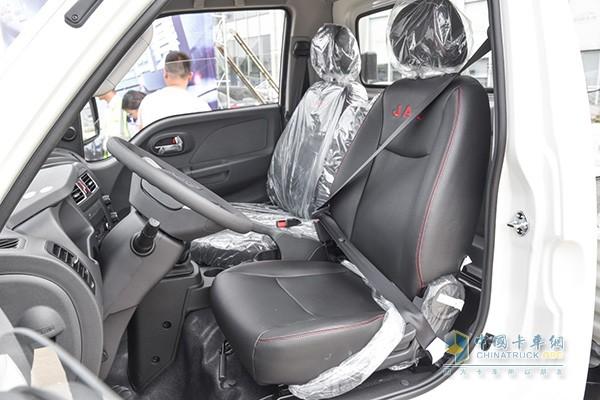 驾驶室采用皮革包裹的座椅