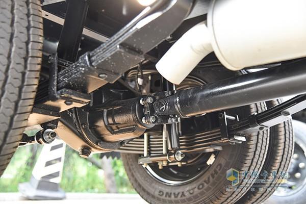 后悬架板簧安装在车轴下方