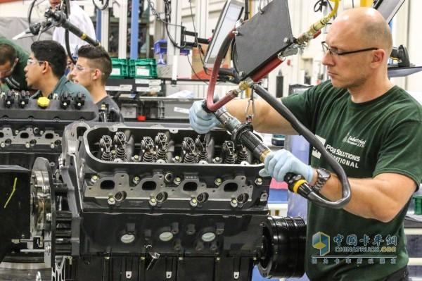 工作人员安装潍柴发动机