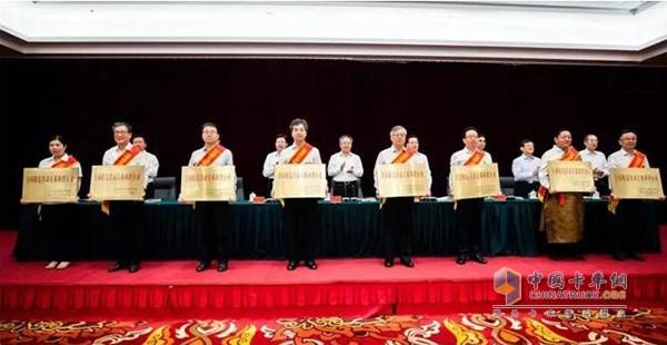 法士特党委副书记、工会主席陈兵代表企业上台领奖