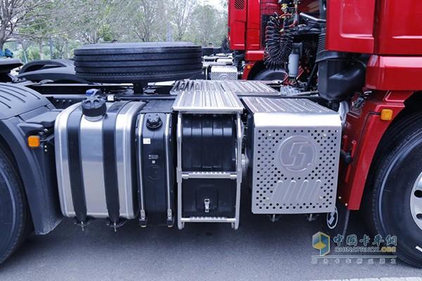 底盘布局更紧凑,主副700L+300L油箱