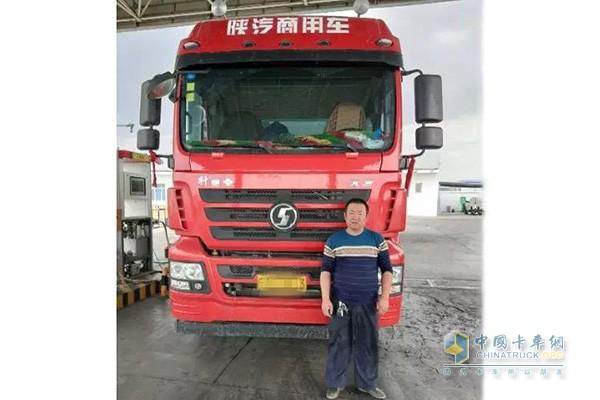 张师傅和陕汽轩德X3 LNG牵引车