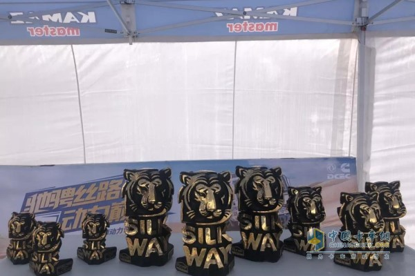 卡玛兹大师车队本次拉力赛获得的冠亚季军的奖杯
