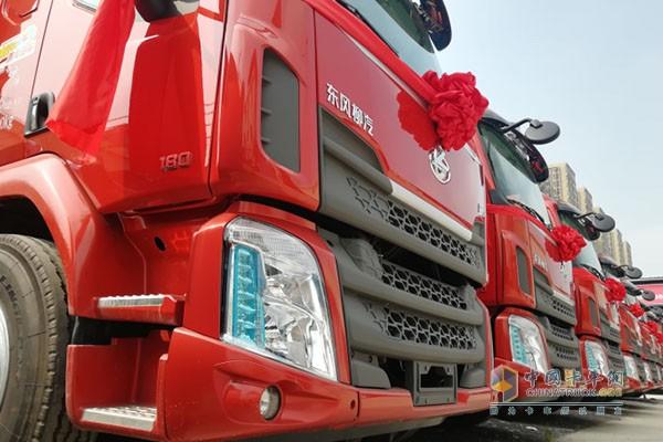 乘龙M3载货车一字排开,红得耀眼!