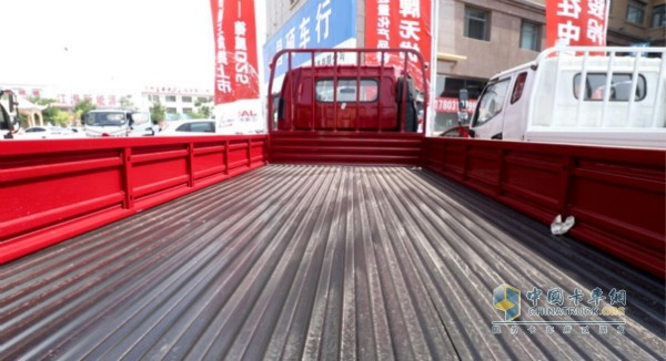 骏铃轻量化产品的低货台卸货更加便利