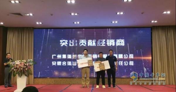 """中集联合卡车常务副总经理常绍民为""""突出贡献经销商""""颁奖"""