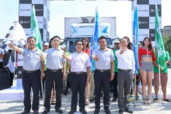 福田奥铃事业部营销副总裁、营销公司总经理王玉刚和众多客户代表宣布开赛