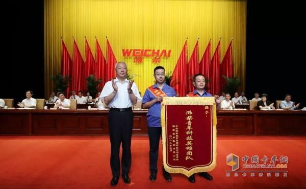 山东省副省长凌文为潍柴青年科技英雄团队授旗
