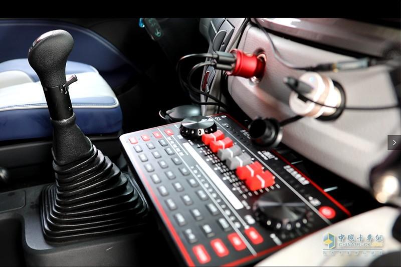 歐曼超級重卡快手版駕駛室安裝有音響設備