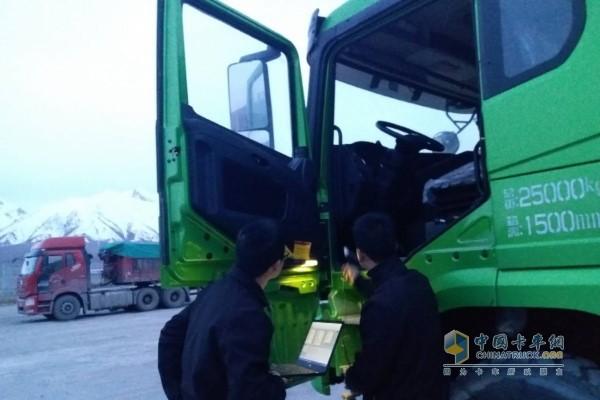 甘青宁服务人员对客户用车进行现场指导