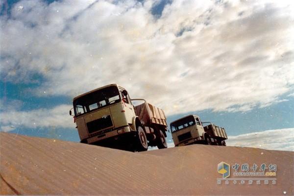 红岩重卡翻阅沙漠性能优越