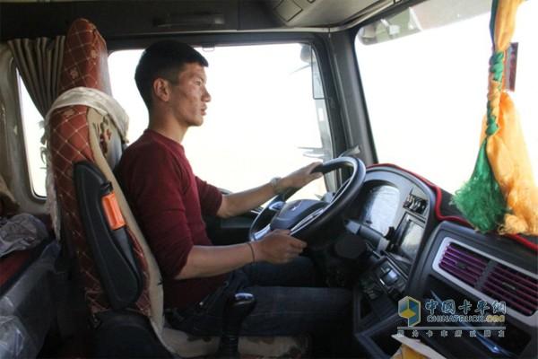 体验汕德卡自卸车在高原的表现