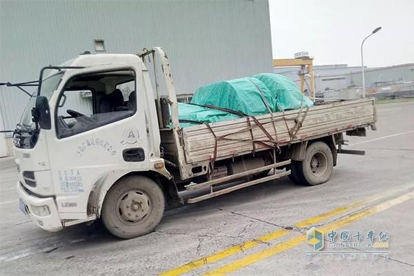 东风轻卡载满货物