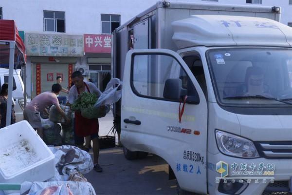 刘享贤的大儿子等其他人在帮着他清点货物