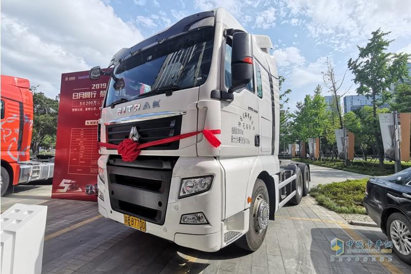 江蘇無錫用戶付忠艷擁有的中國重汽汕德卡C7H牽引車,僅用短短5年時間行駛里程突破了200萬公里大關