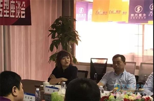 陕汽重卡销售公司副总经理刘鑫(左一)