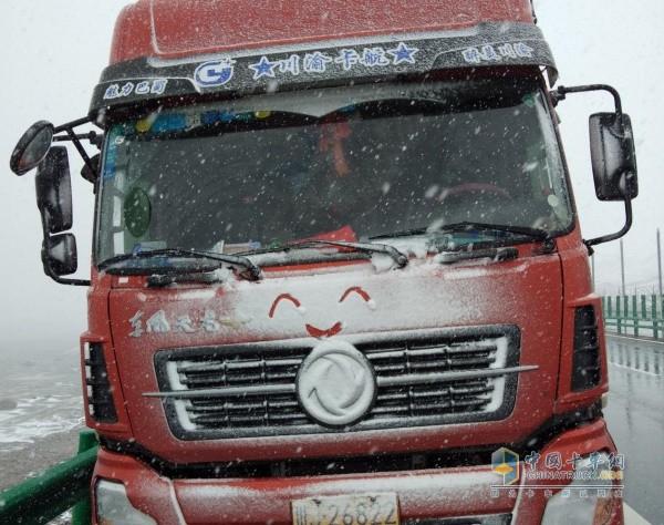 风雪天依然行驶的东风天龙