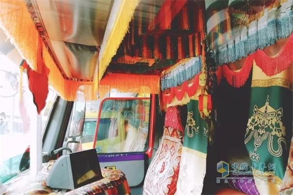 中国重汽汕德卡在藏族人看来,车是家的一部分,精心的装扮散发着浓浓的民族文化特色