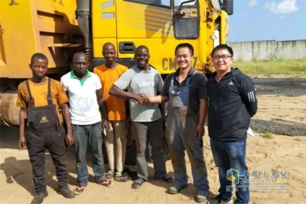 上汽红岩服务人员与非洲黑人司机