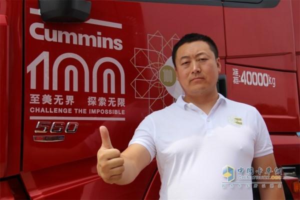 尤维涛与陕汽康明斯X3000 560马力车型合影