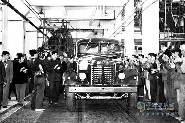 1956.7.13 第一辆解放汽车开下总装配线