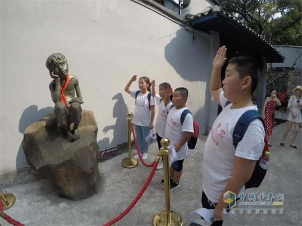 """同学们向小萝卜头的雕像敬礼,感受革命时期""""红岩精神""""的力量"""