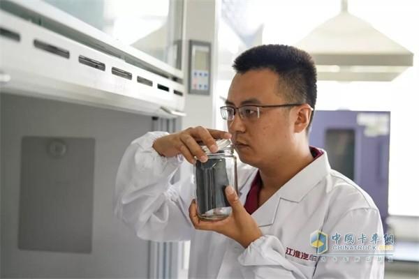 江淮汽车实验室内,金鼻子团队成员对汽车配件的气味进行检测
