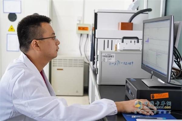江淮汽车实验室内,金鼻子团队工作人员正在对收集到的数据进行统计分析