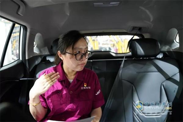 """江淮汽车""""金鼻子""""团队成员正在车内检测车辆气味"""