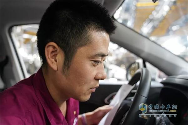 """江淮汽车""""金鼻子""""团队成员正在进行整车气味性评价"""