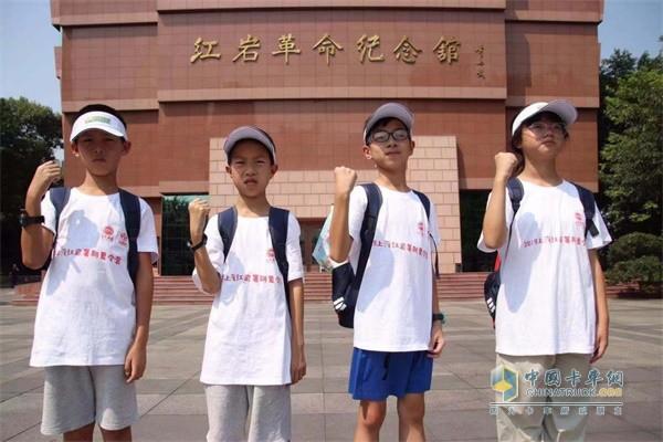 孩子们在红岩革命纪念馆前打卡