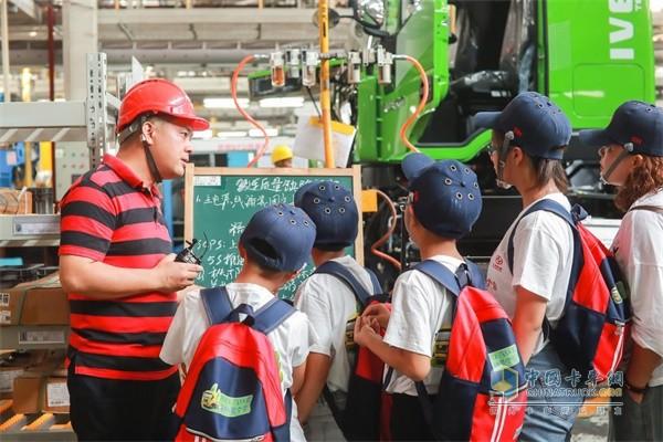 专业人员向孩子们讲解上汽红岩技术